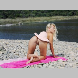 Blonde-Adele-Realidad-on-Beach-from-MetArt-1.jpg